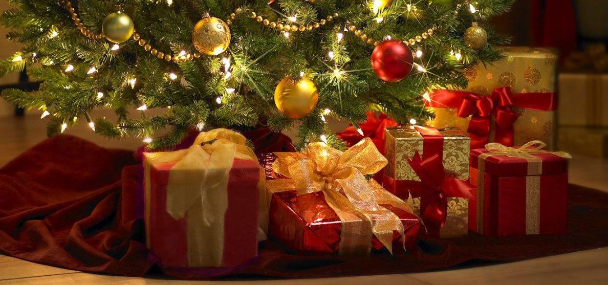 Rekordowe wydatki na święta i ferie KPMG christmas gifts under the tree