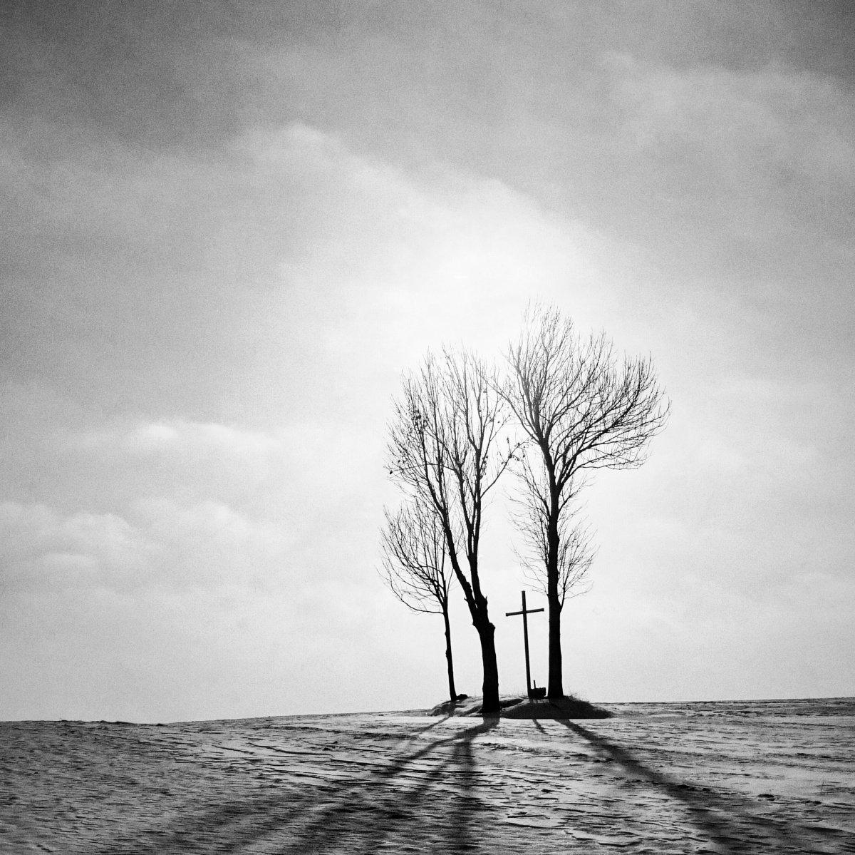 polands-ryszard-kazimierczak-creates-an-eerie-silhouette