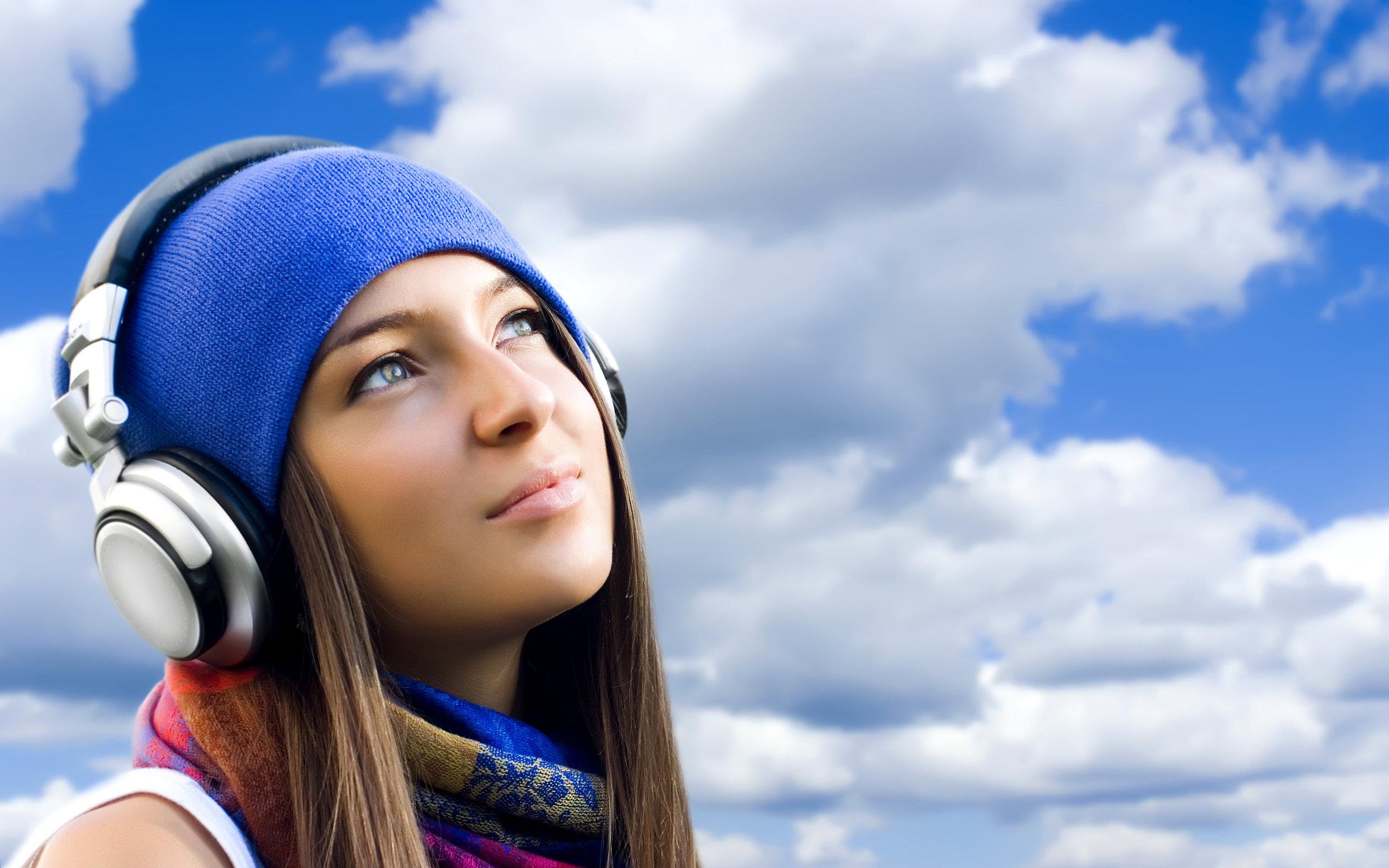 Jakiej muzyki słuchamy? Kiedy jej słuchamy? Poznaj 5 zaskakujących faktów Play Girls Beautyful Girls Listening to music 022763