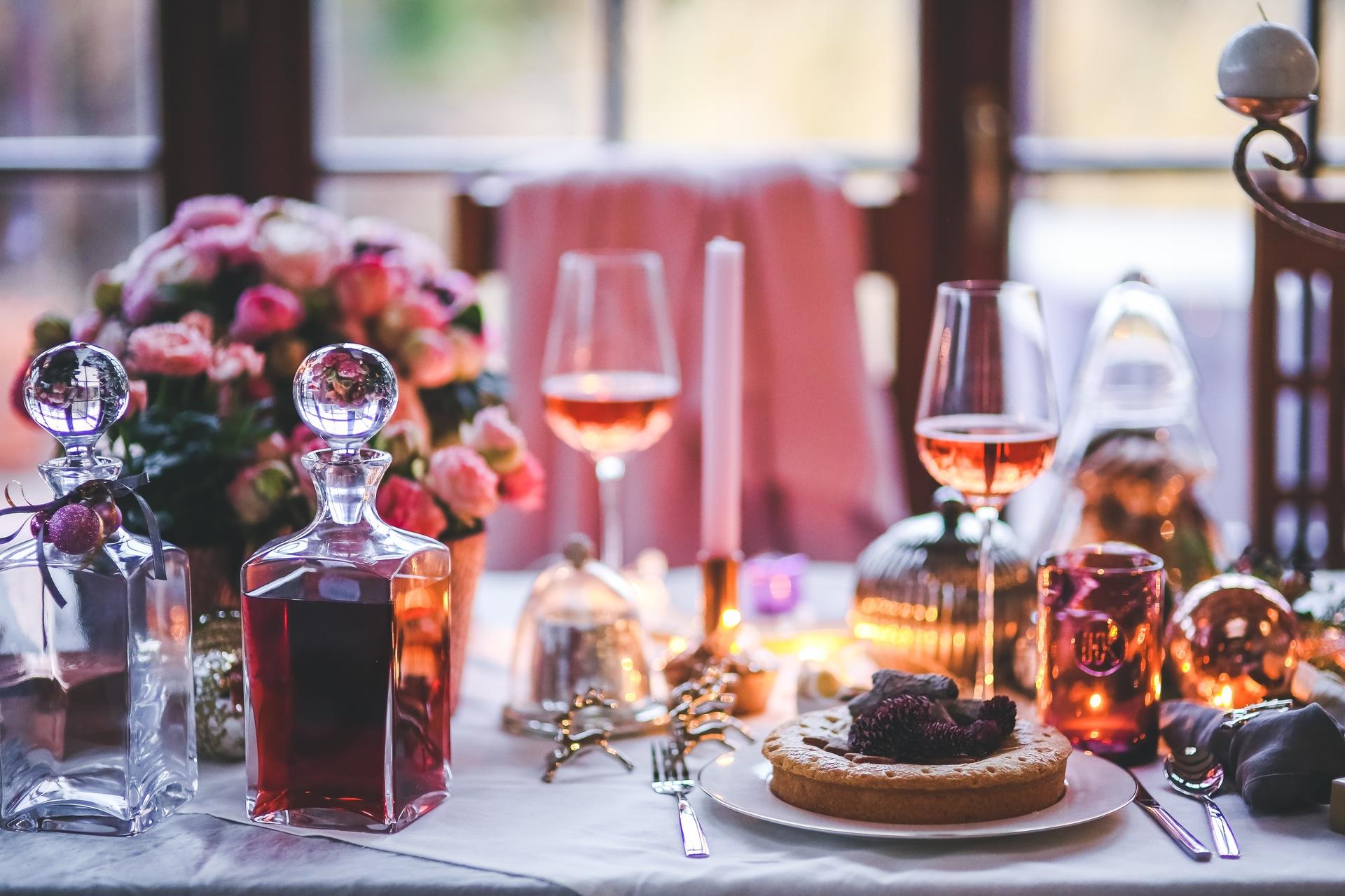 30 dni do świąt – jak znaleźć budżet na świąteczne wydatki? (poradnik) święta dinner meal table wine