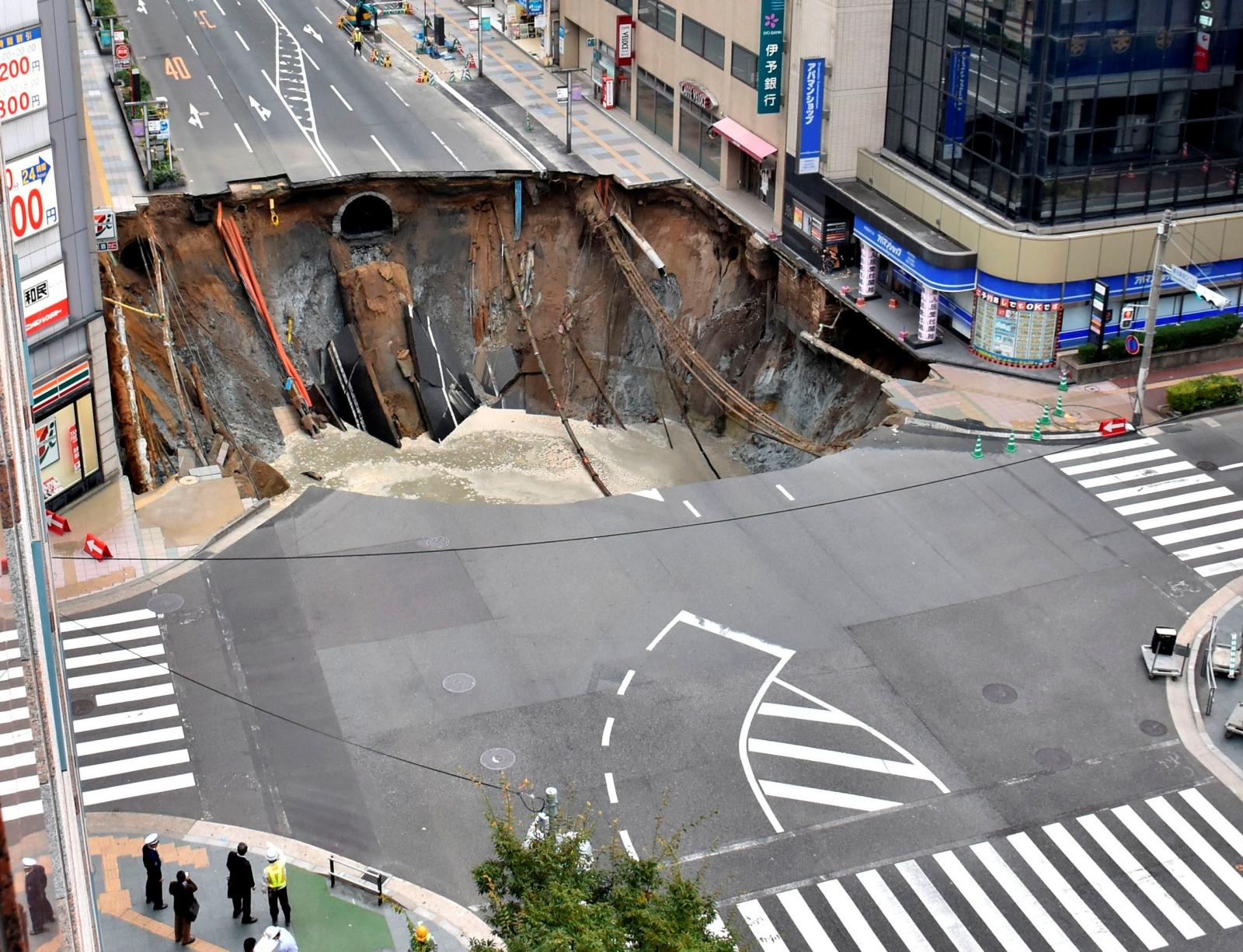 Tak to się robi w Japonii - w tydzień naprawili 30-metrową dziurę ciekawostki mediarun hole japan