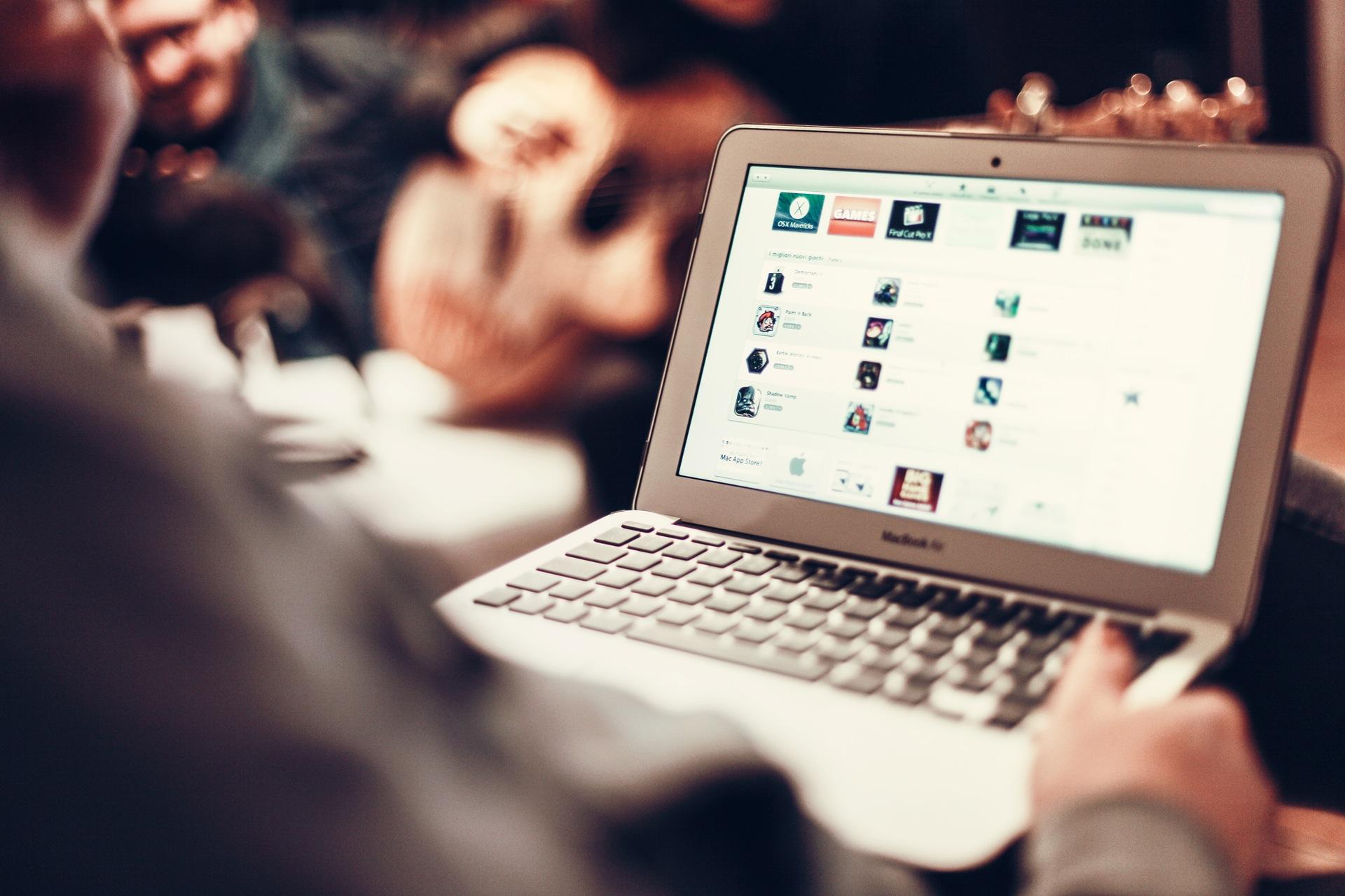 20 wskazówek jak zbudować zaangażowanie na Facebooku TOP 100 person apple laptop notebook