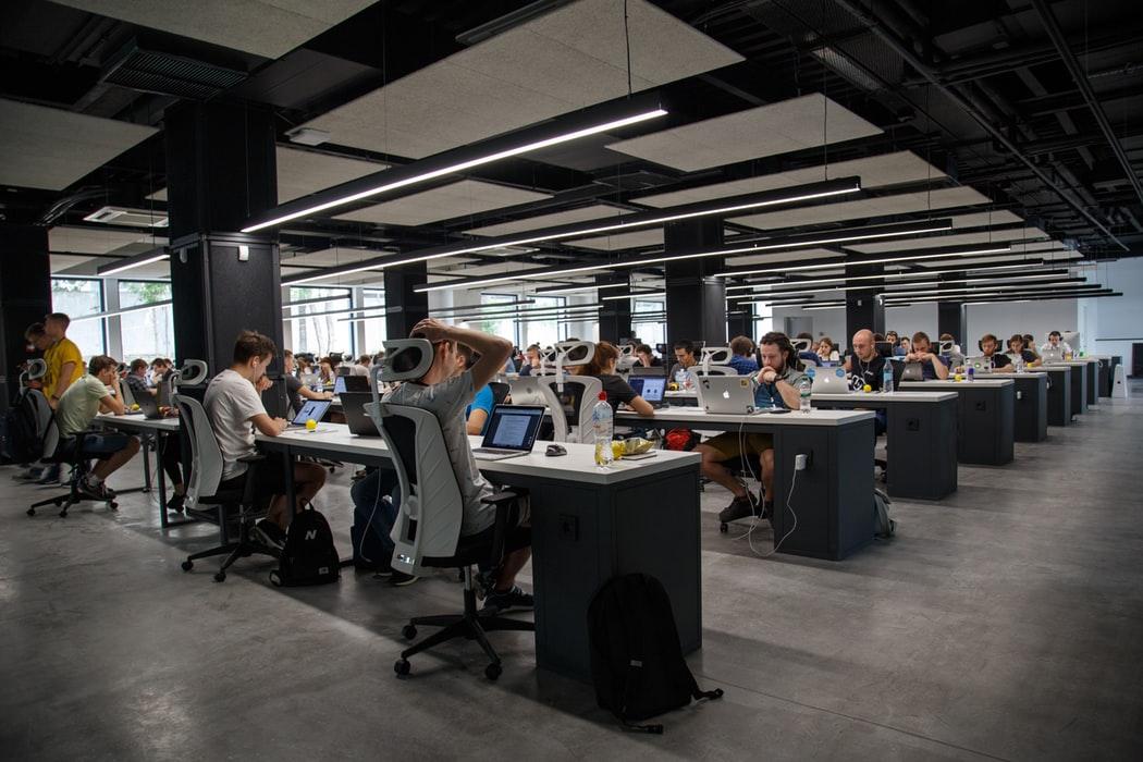 Co trzeci pracownik narzeka na nieefektywną komunikację komunikacja mediarun Commplace pracownicy biuro 2019