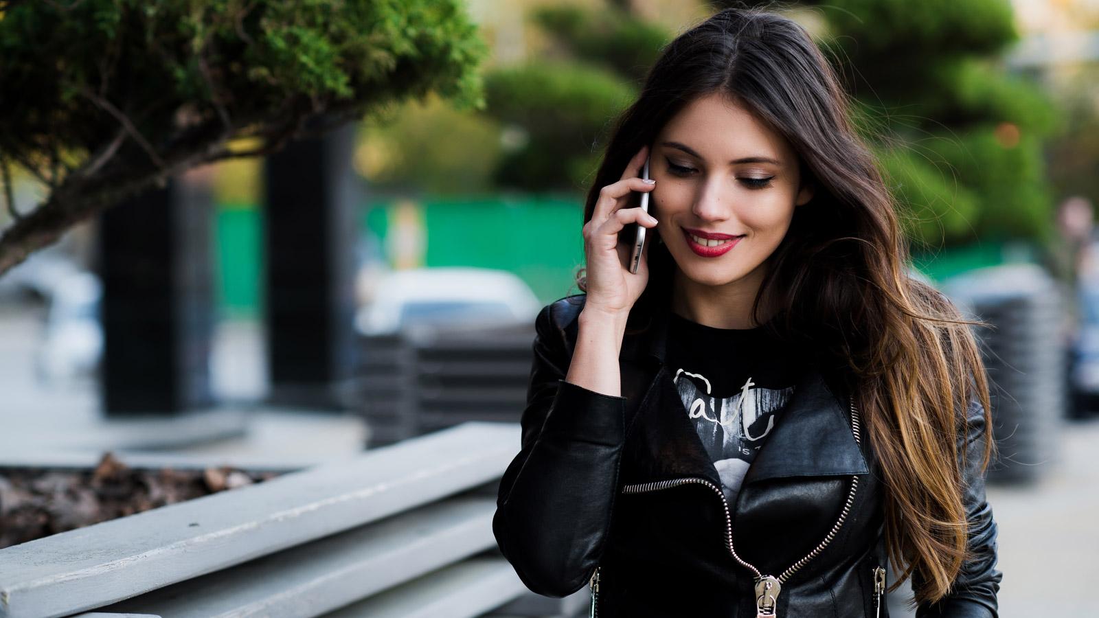 Dlaczego telefony są przyszłością handlu - 6 powodów handel mediarun dziewczyna telefon komorka zakupy 2019