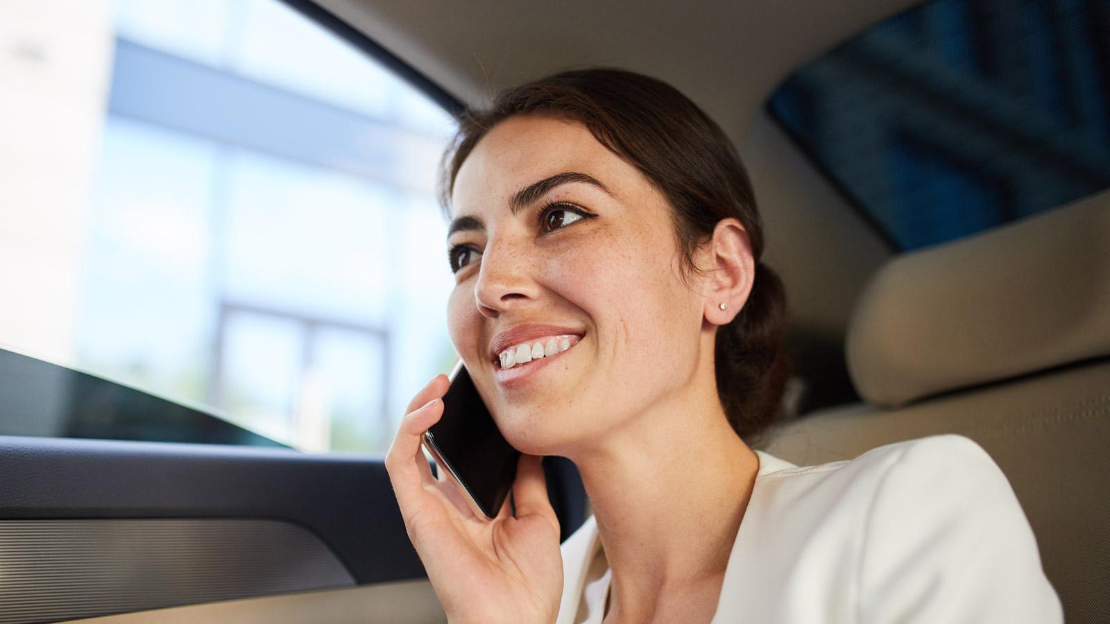 UBER - rewolucja w aplikacji aplikacja mediarun kobieta telefon uber 2019