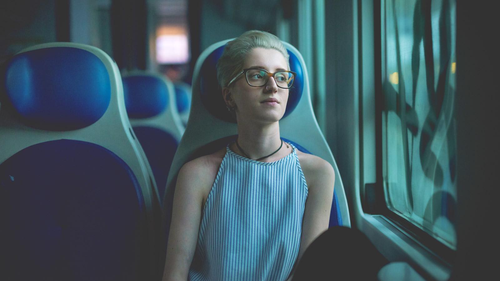Transport przyszłości - Raport o perspektywach rozwoju transportu Unia Europejska mediarun kobieta transport pociag 2019