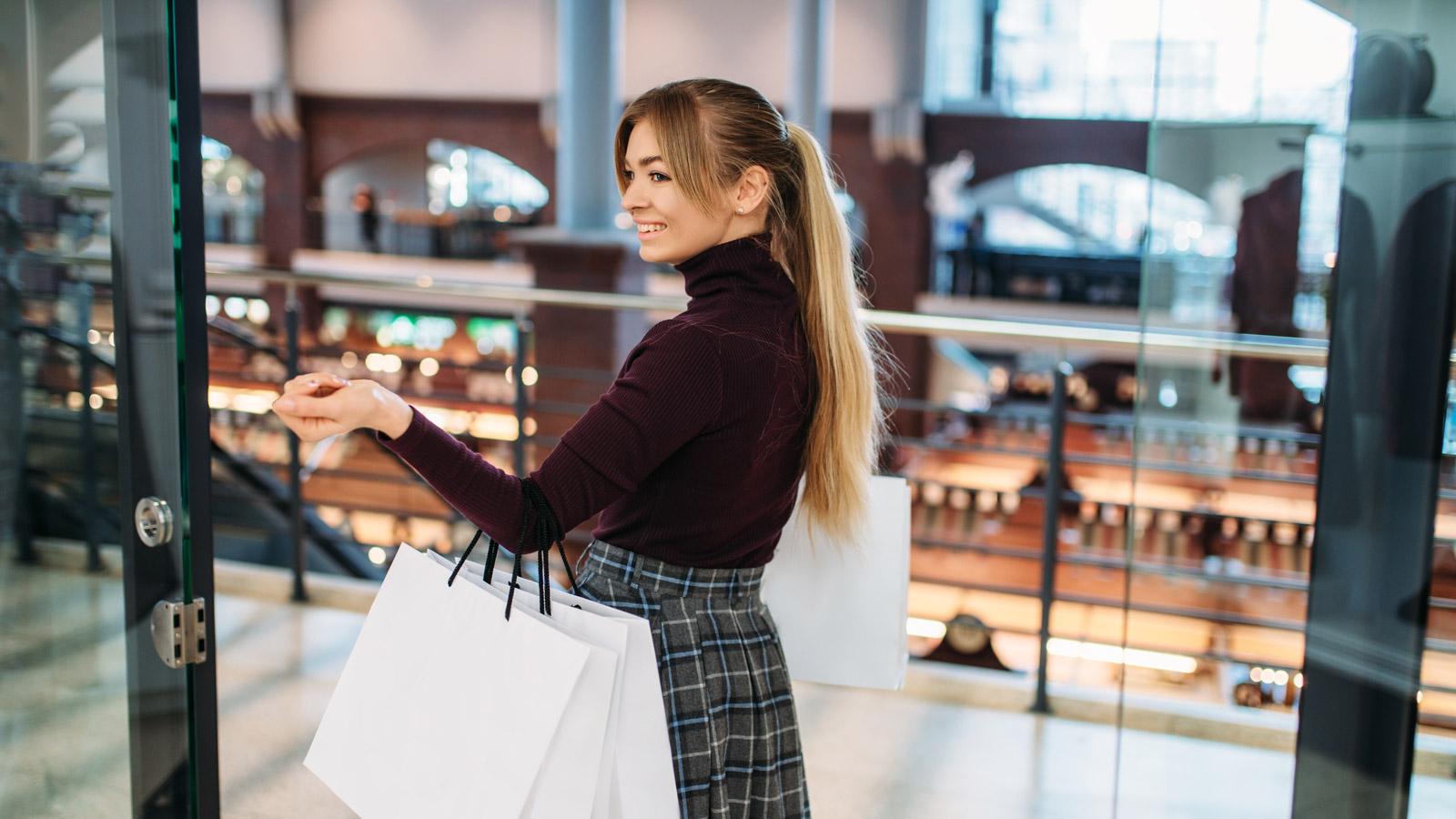 CBRE: Dlaczego Polacy odwiedzają centra handlowe? [RAPORT] Magdalena Frątczak mediarun mloda kobieta centrum handlowe zakupy 2019