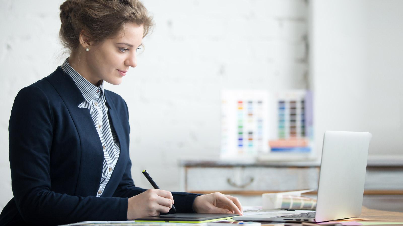 Animacja jako narzędzie sprzedażowe? Wideo mediarun tablet design kobieta biuro 2019