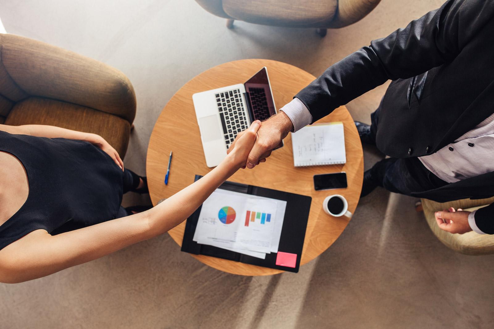 KANTAR nawiązuje nową współpracę DOOH mediarun uscisk dloni umowa 2019
