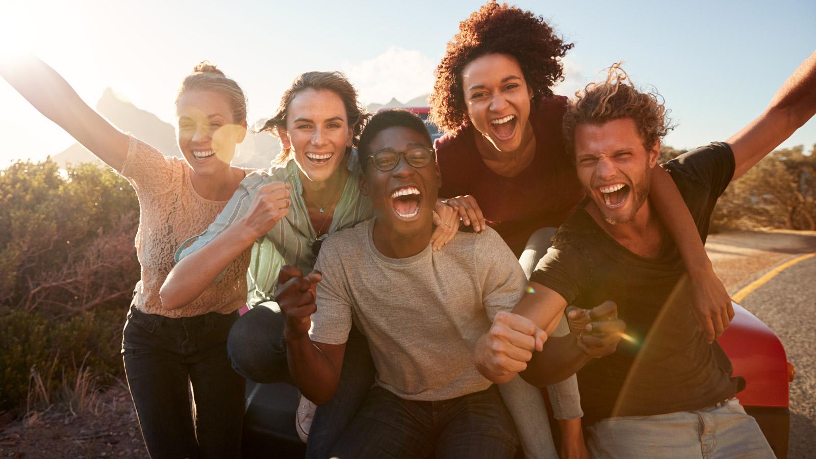 Milenialsi rezygnują z zakupów w sklepach stacjonarnych sklep mediarun milenialsi wakacje przyjaciele 2019