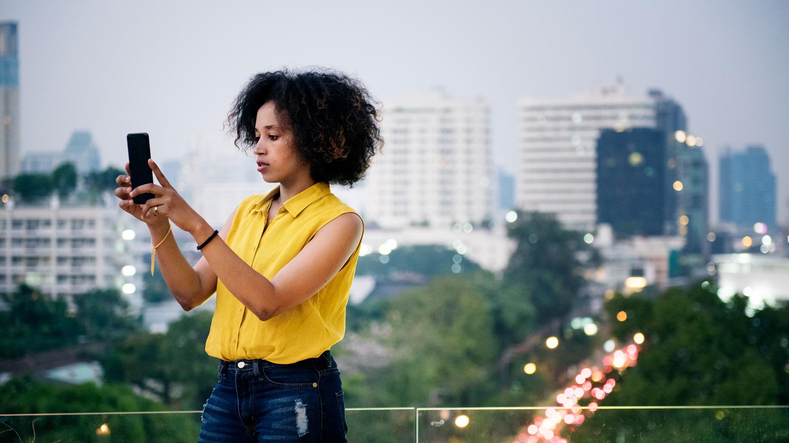 mediarun kobieta telefon miasto 2020 Facebook Zmiany na Facebooku - zwiększone możliwości ochrony prywatności