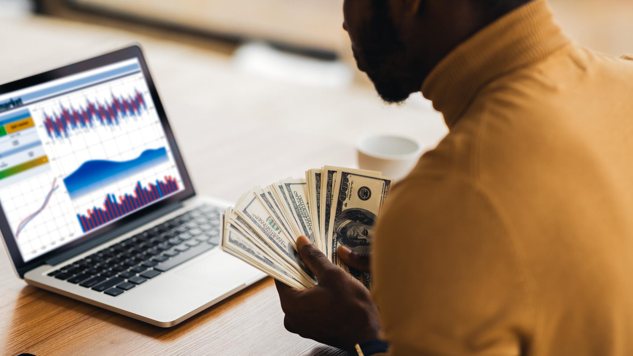 Wyniki badania 80% wzrost wydatków na content marketing w 2020 content MEDIARUN Facet Pieniadze Komputer 2020 v1
