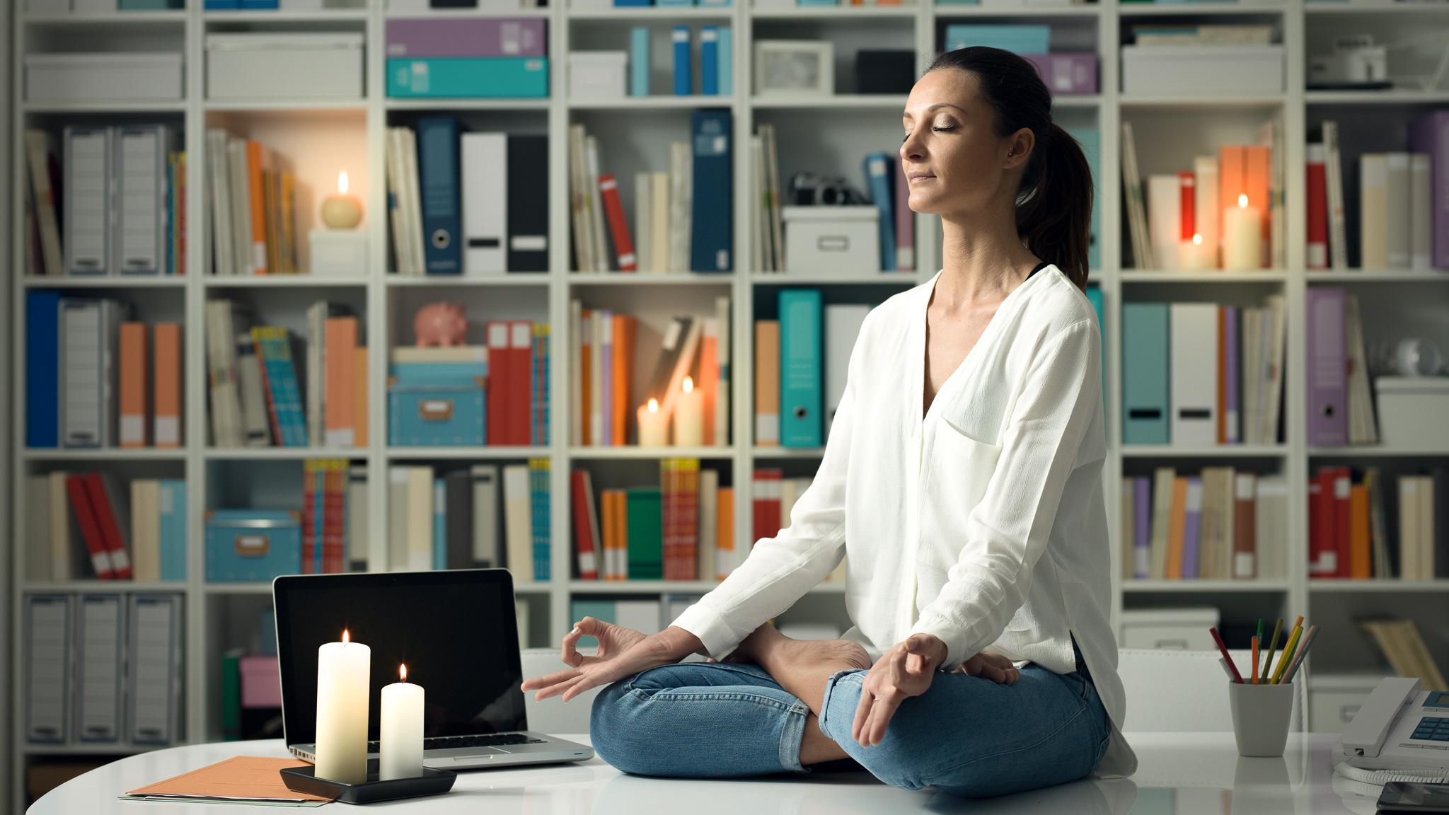 Kreatywna przestrzeń w biurze Biuro MEDIARUN kobieta biuro medytacja 2020 v1