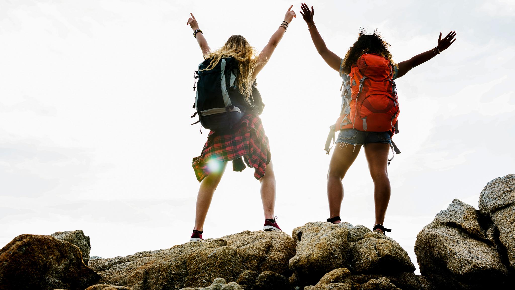 Turystyka w dobie zagrożeń cywilizacyjnych. Jak zmienia się podróżowanie? travel MEDIARUN dziewczyny plecaki podroz gory 2020 v1