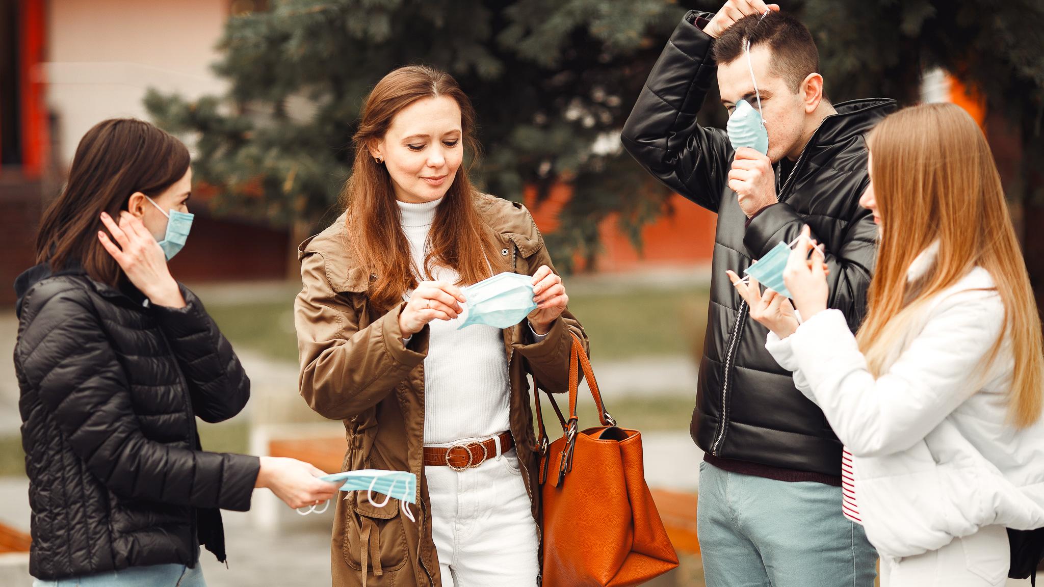 Koronawirus w marketingu – Real Time Marketing KFC MEDIARUN grupa ludzi maski 2020 v1
