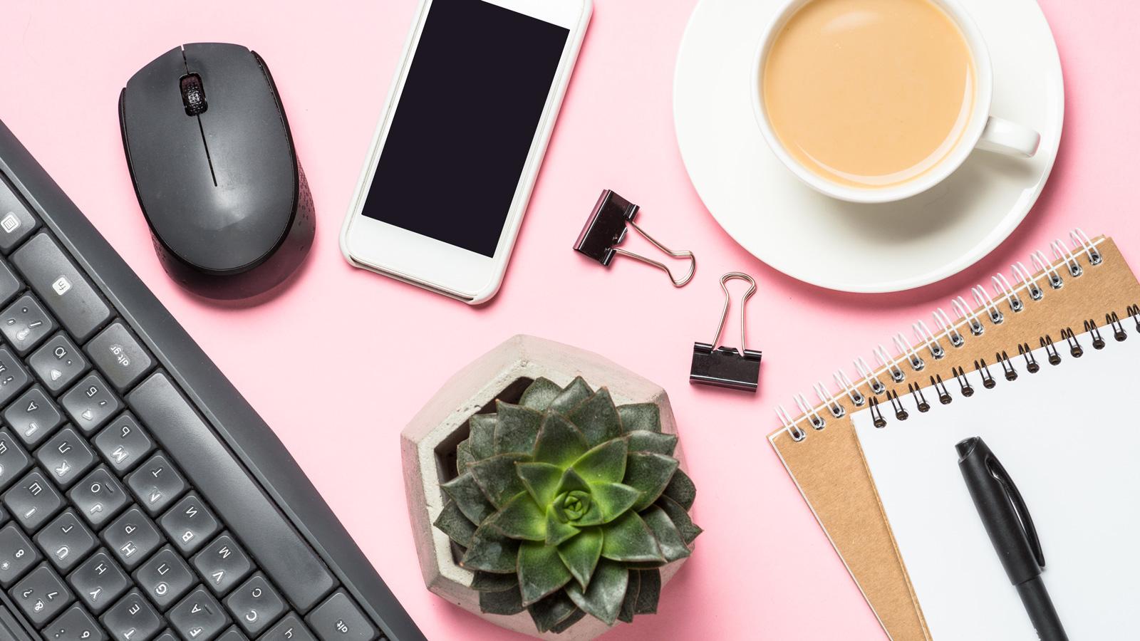 3 wskazówki: Jak lepiej pracować z domu? porady mediarun biurko office dom zdalna 2020