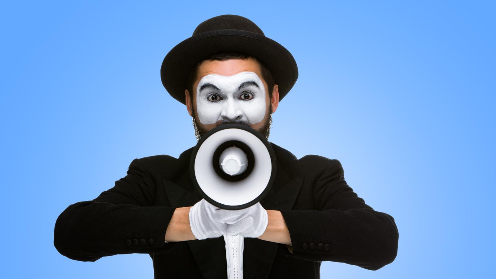 Jak prowadzić działania komunikacyjne w czasie pandemii? komunikacja mediarun klaun mezczyzna z megafonem komunikacja 2020