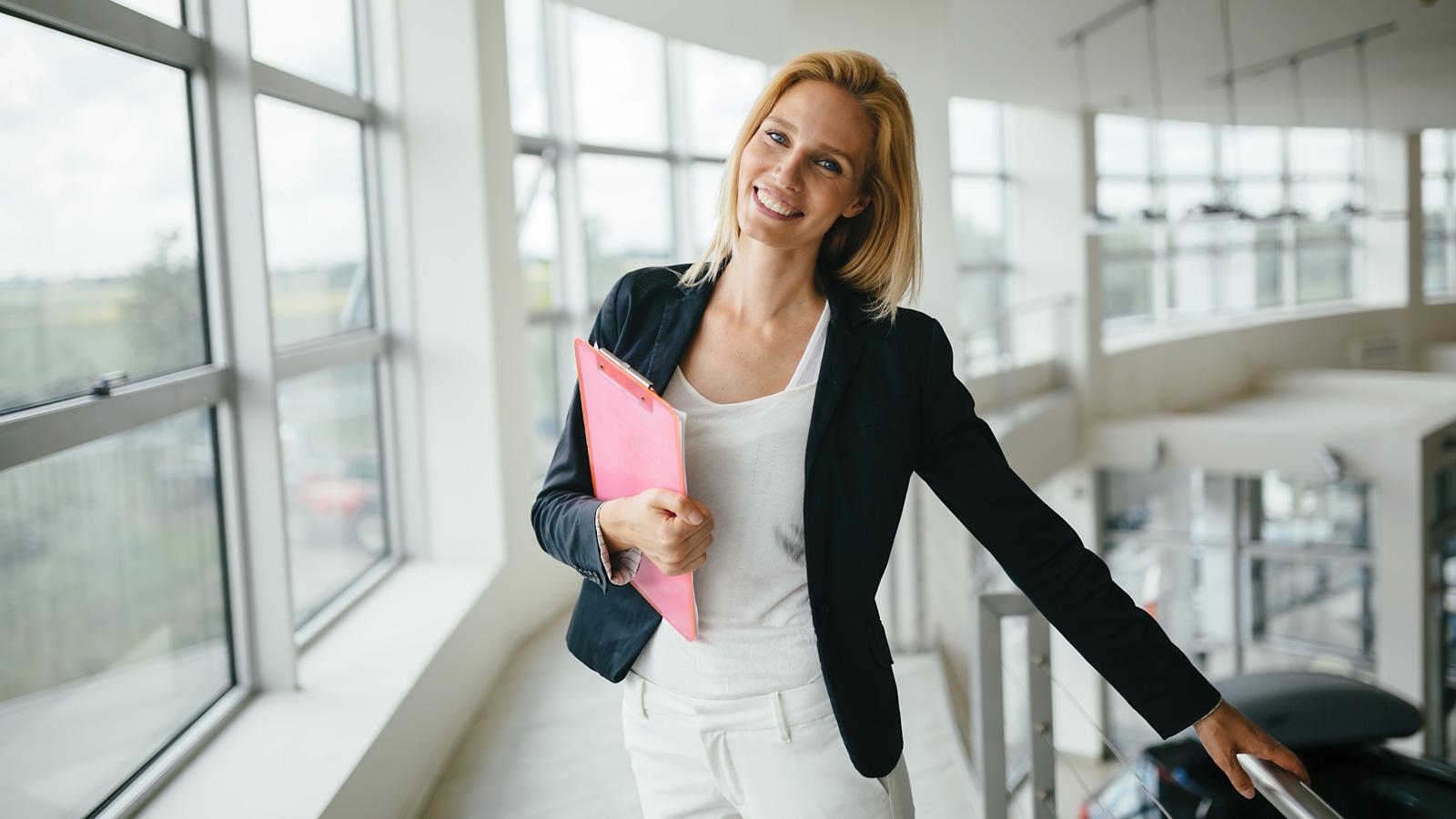 5 kroków jak wdrożyć pracownika online Praca mediarun kobieta praca rekrutacja online 2020