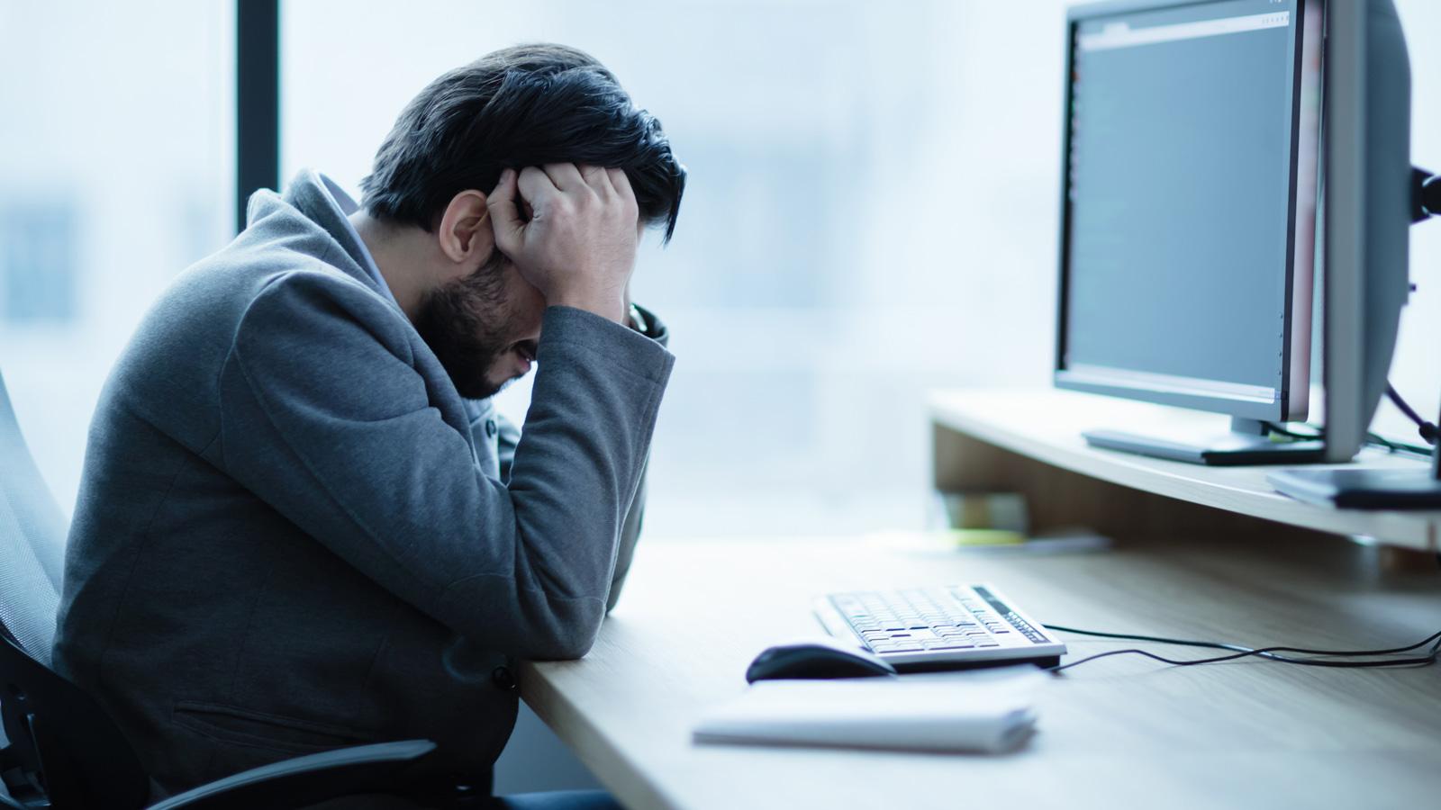 Funkcjonowanie firm podczas kryzysu – BADANIE kryzys mediarun kryzys mezczyzna komputer biuro 2020