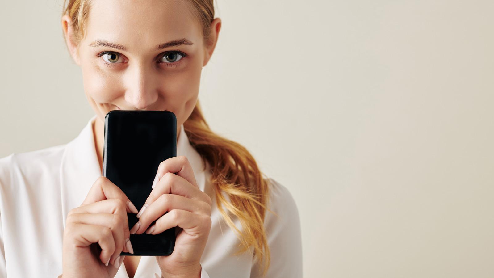 Aktywność Polaków na smartfonach –BADANIE Spicy Mobile mediarun smarphone kobieta 2020