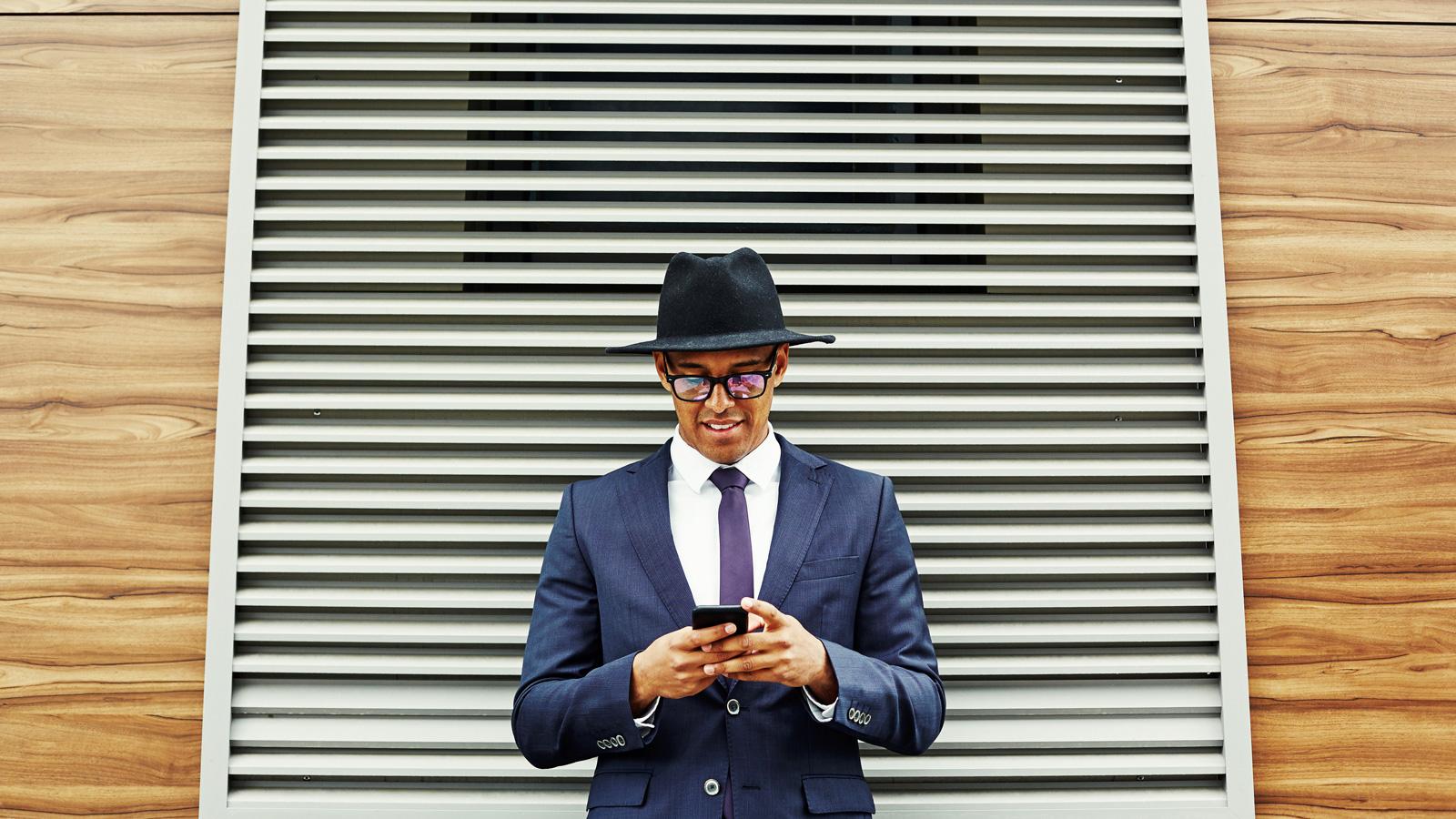 Polacy mobilną aktywność przenieśli z komunikacji miejskiej do domów Polacy mediarun buissnesmen telefon mobile 2020