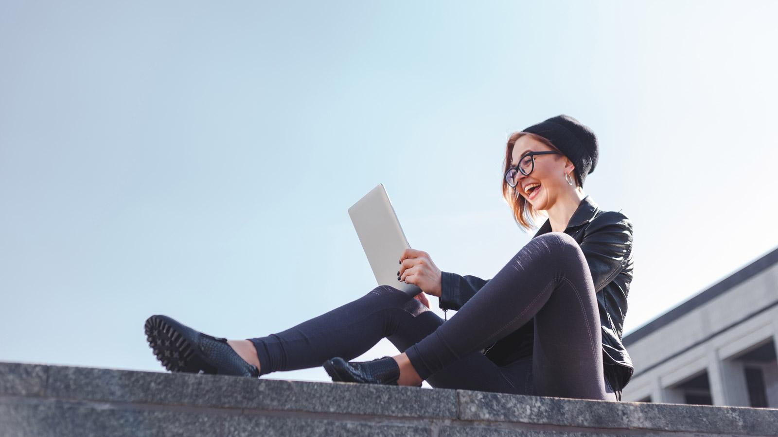 Internet liderem reklamy w roku 2019 Trendy 2019 mediarun mloda kobieta internet tablet miasto 2020