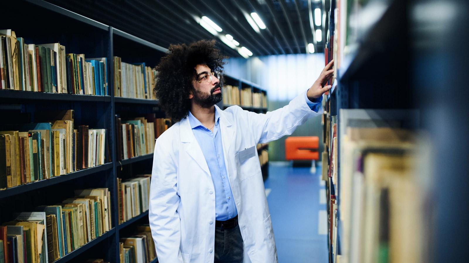 Młodzi poważniej traktują temat pandemii rynek mediarun biblioteka młodzi pandemia wiedza 2020