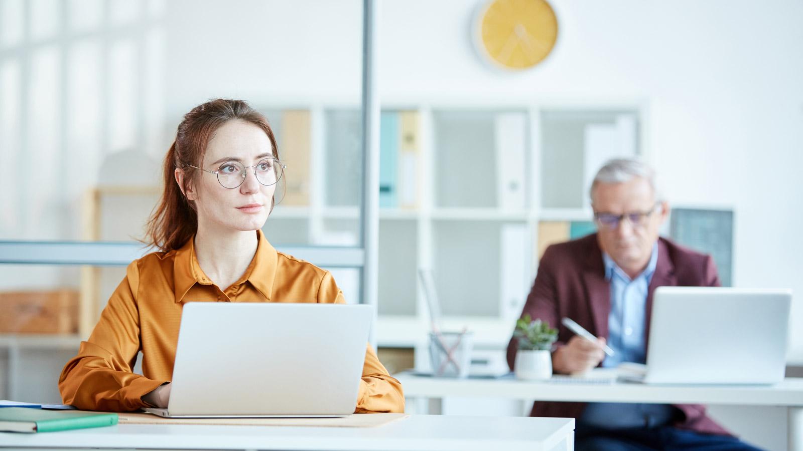 Niemal połowa zatrudnionych boi się utraty pracy – Badanie Biuro mediarun utrata pracy biuro kobieta 2020