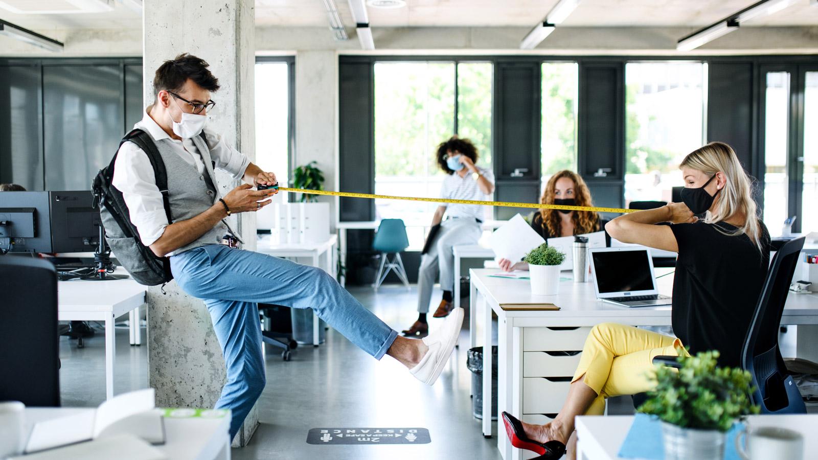 Powrót pracowników do biura – Jakie rozwiązania wdrażają pracodawcy? Koronakryzys mediarun biuro odleglosc bezpieczenstwo 2020