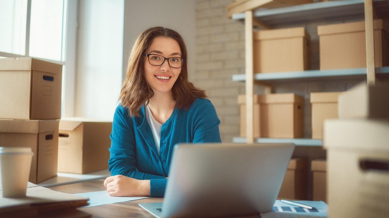 5 trendów w e-sklepach, które zostaną z nami na dłużej porady mediarun kobieta magazyn e commerce 2020