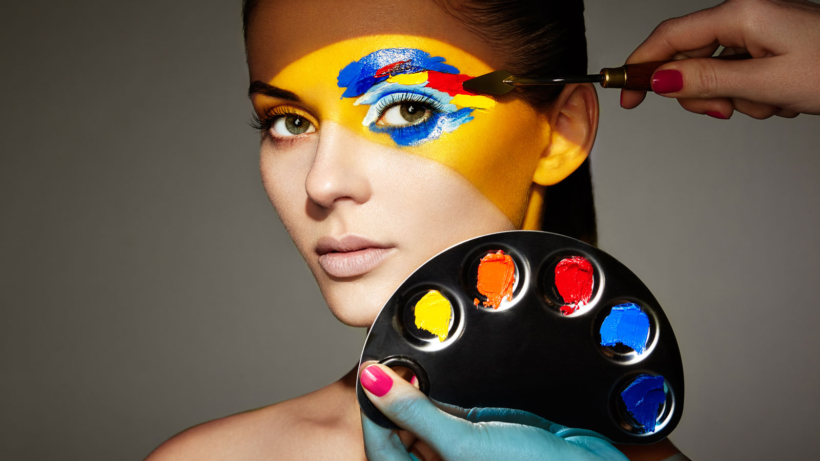 Jak Polacy zaopatrują się w kosmetyki? beauty mediarun makeup farby kobieta 2020