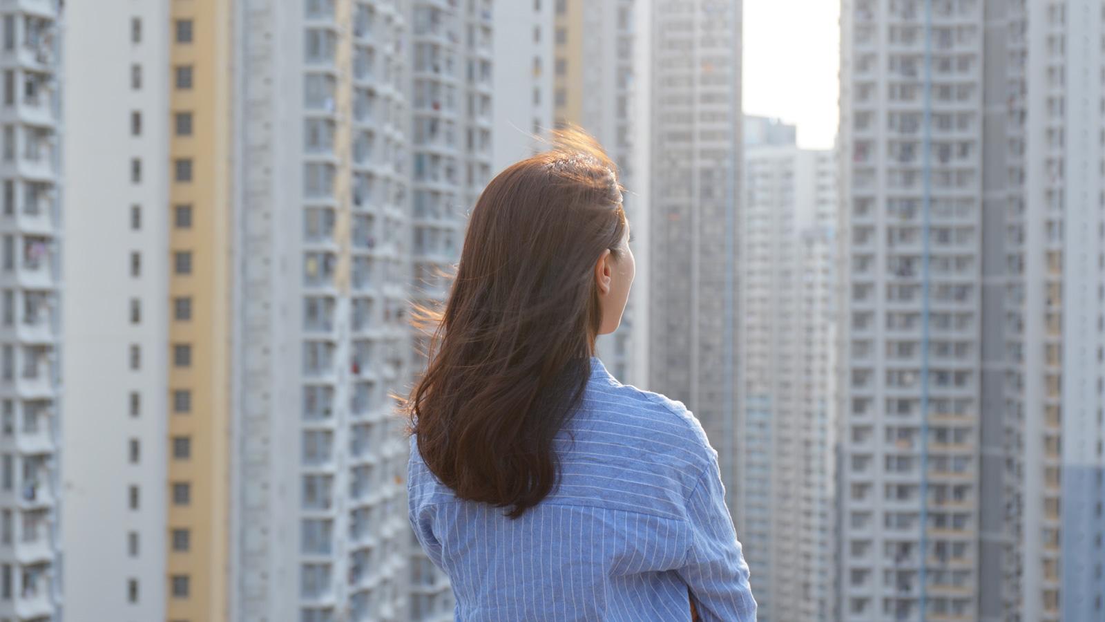 Kryzys kwestią czasu –kiedy nadejdzie? Koronakryzys mediarun budynki kobieta wzrok czas kryzys miasto 2020