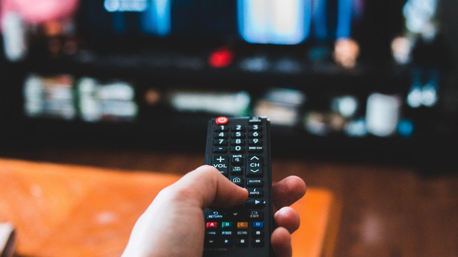 Pracujemy i wypoczywamy w trybie online [BADANIE] pandemia mediarun watching tv