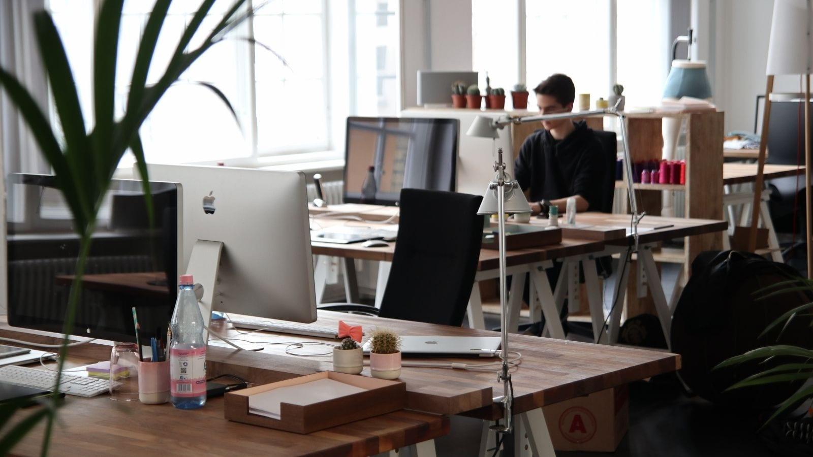 Czy biuro jest niezbędne do funkcjonowania firmy? Biuro mediarun com office