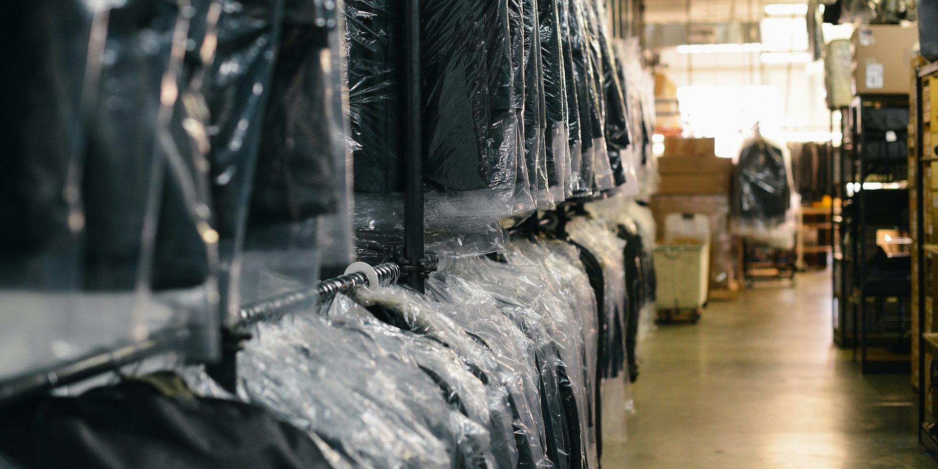 Czy unijna plastikowa rewolucja zmieni branżę e-commerce? Trendy mediarun plastik e commerce