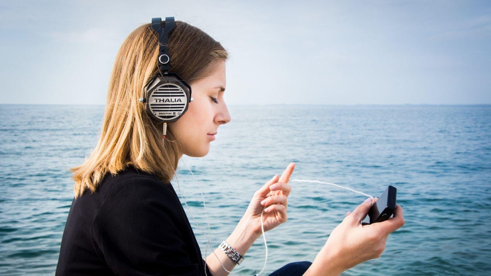 BADANIE: Jak i dlaczego słuchamy podcastów? Trendy mediarun podcast